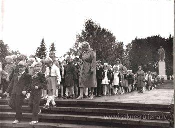 Pēdējais 1.septembris pie Ļeņina pieminekļa. - Foto №359